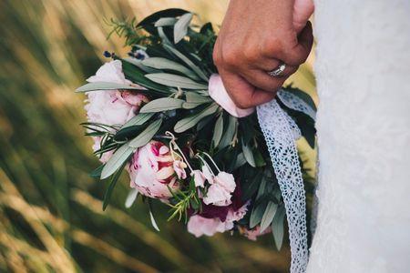 7 idées pour décorer les tiges de votre bouquet de mariée
