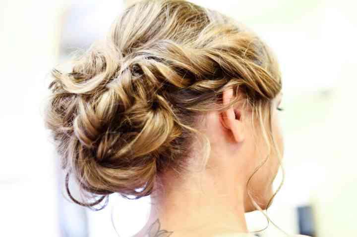 Chignon flou  45 coiffures idéales pour les mariées romantiques
