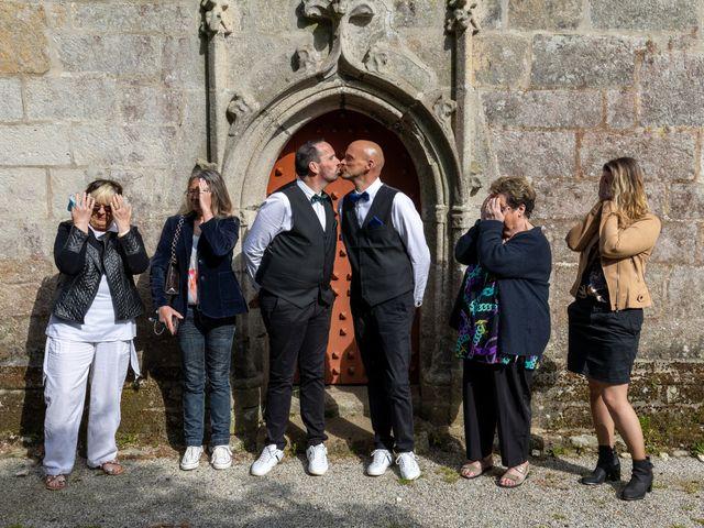 Le mariage de Sylvain et Jean à Roudouallec, Morbihan 14