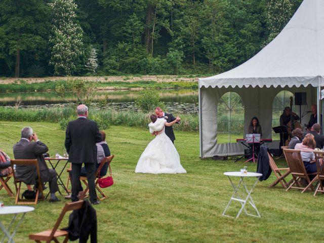 Le mariage de John et Elodie à Tuffé, Sarthe 83