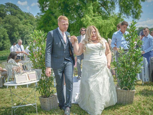 Le mariage de John et Elody à Tuffé, Sarthe 32