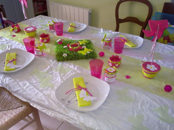 D co de table vert anis blanc et fushia pour bapt me for Decoration de table pour bapteme fille