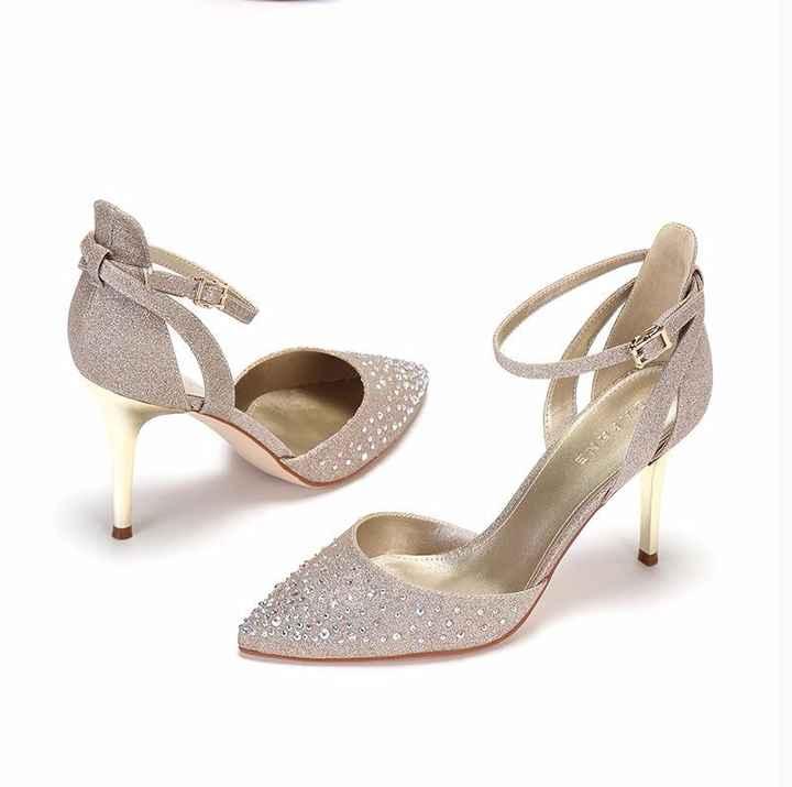 Une paire de chaussures de mariage en or
