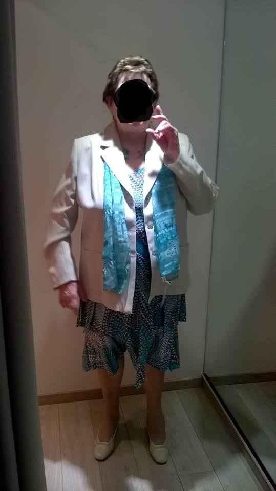mamie avec veste et foulard