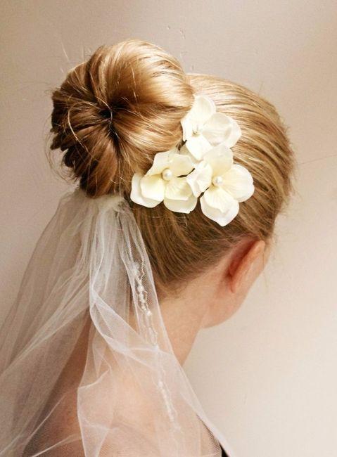 inspiration mari e avec fleurs dans les cheveux beaut. Black Bedroom Furniture Sets. Home Design Ideas