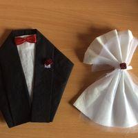 Costumes dans les assiettes pour messieurs et robe pour les assiettes femmes