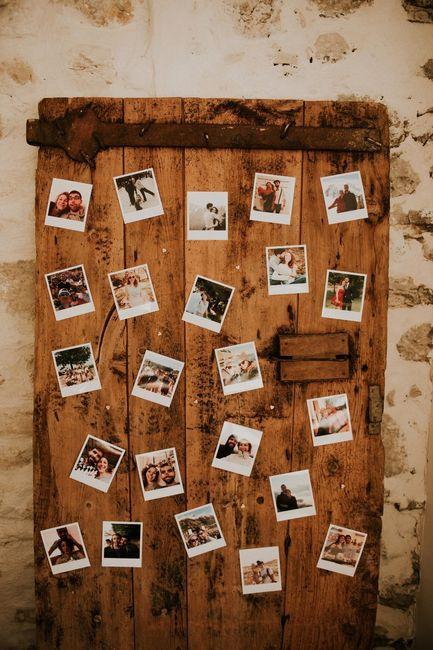 Vieille porte avec pleins de photos