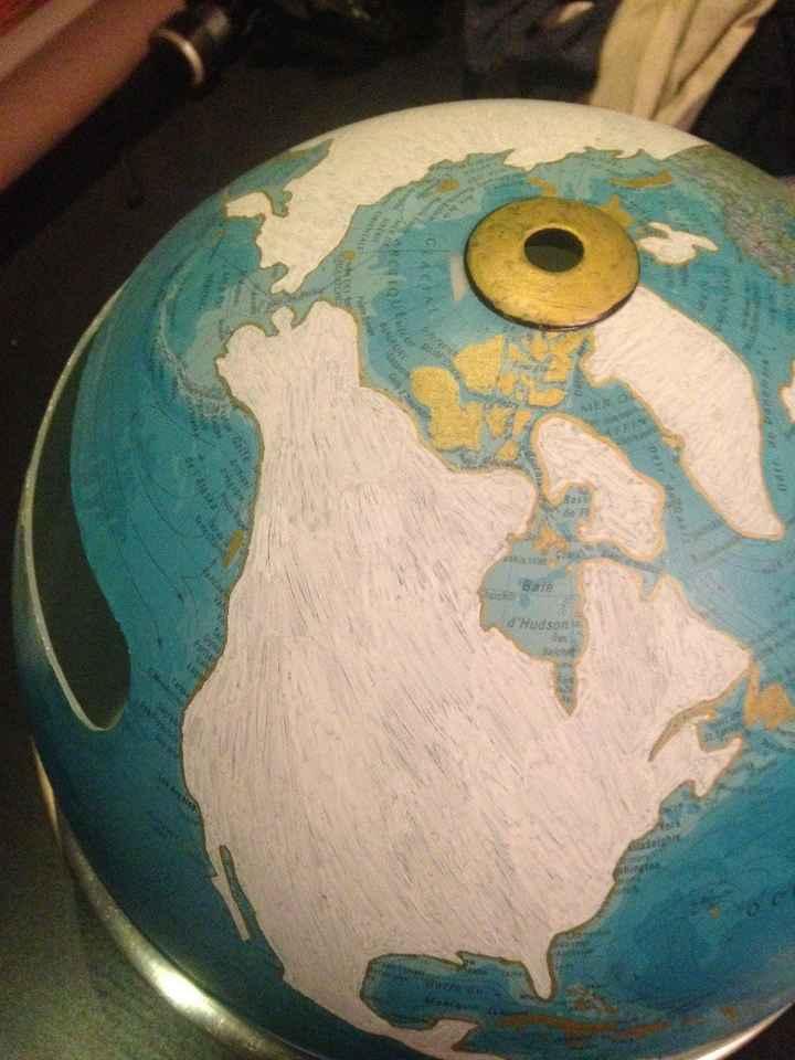 Etape 1 : je recouvre tout les continents au feutre Posca blanc (avant de coller un papier décoratif