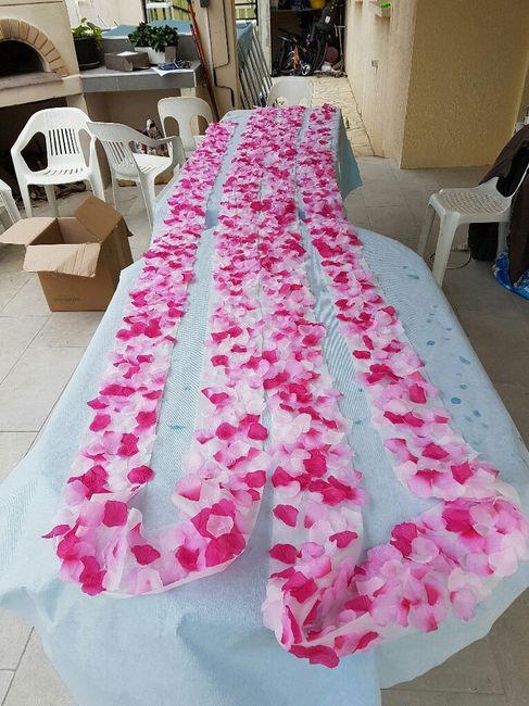 Une allée de pétales finie pour mettre en bordure du tapis blanc pour la cérémonie laïque - 1