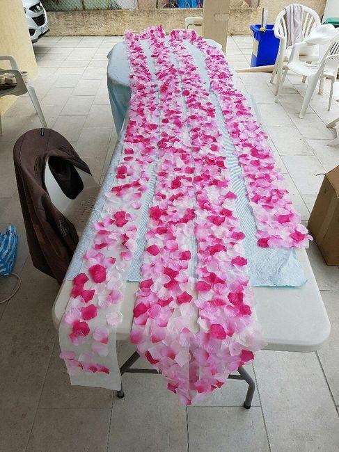 Une allée de pétales finie pour mettre en bordure du tapis blanc pour la cérémonie laïque - 2