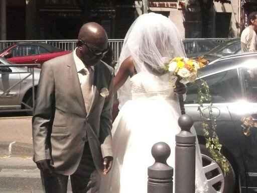 L'arrivée de la mariée, accompagnée par son papa.