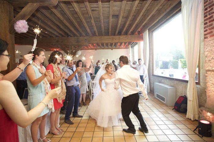 l entr 233 e des mari 233 s dans la salle photo apr 232 s le mariage