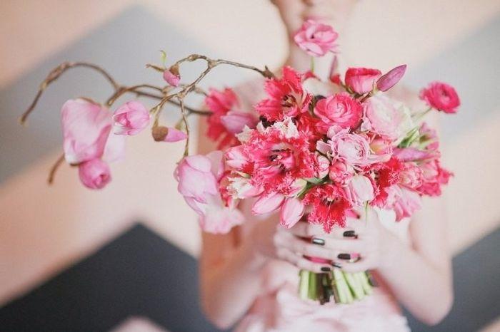 Bouquet asymétrique de magnolia rose: symbole de la dignité