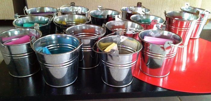 Pots avec papier de couleurs