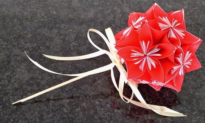 Voilà le résultat avec une boule  de fleurs rouge