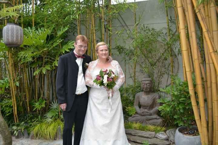 photos de mariage dans le jardin zen sous une pluie fine