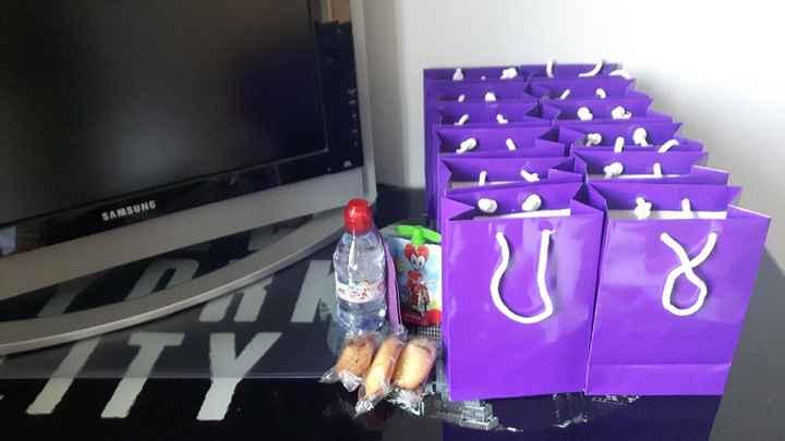 les sacs à goûter pour les enfants (eau, compote, madeleines et serviette)