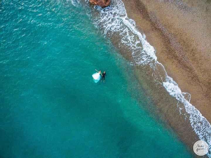 Drone - posés sur un matelas bleu