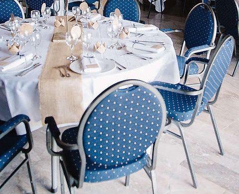Housse pour chaise avec accoudoir d coration forum - Location housse de chaise nord ...