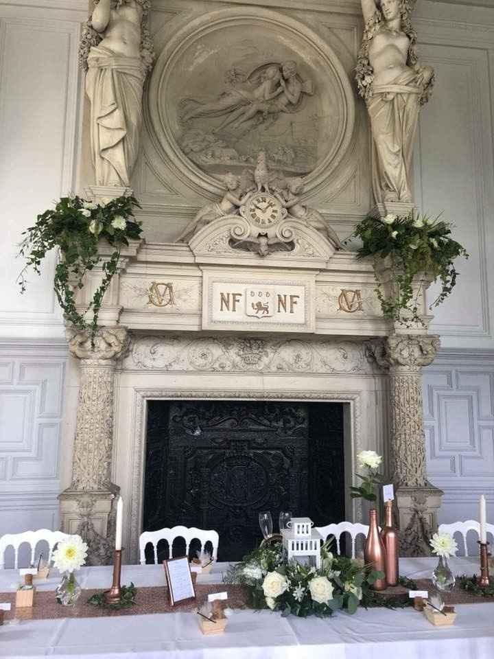 Notre table d'honneur avec la cheminée fleurie