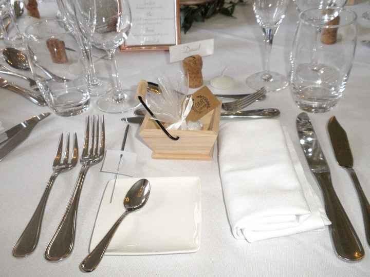 Le panier vendanges en bois avec les dragées pour les invités ainsi que les bâtonnets étincelants