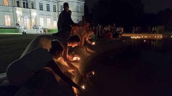 Le lâcher de bougies flottantes sur le point d'eau devant le château