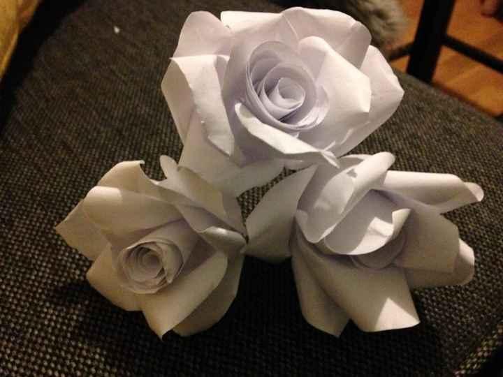 - fleurs en papier classique: elles sont trop rigides donc je ne vais pas utiliser cette méthode.