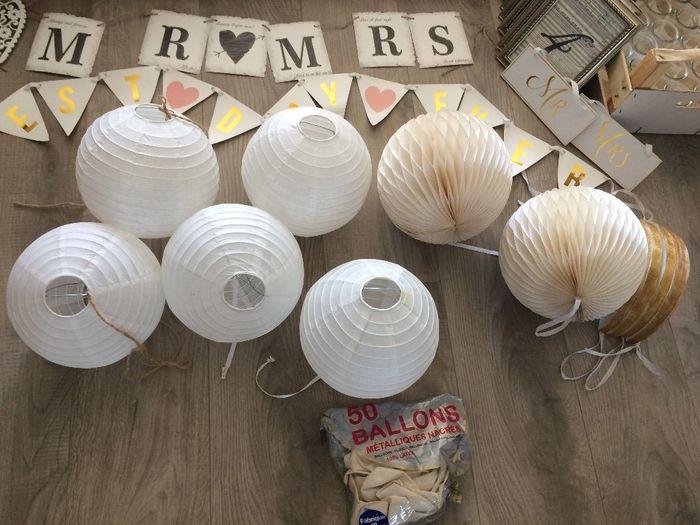 5 boules blanches suspensions / 6  Suspensions dorés et blancs/ 25 ballons métalliques/ Fanions