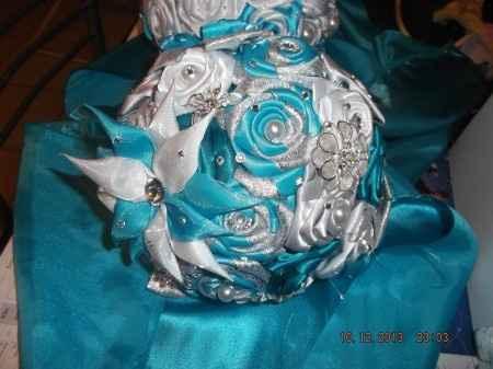 Bouquet de mariée en rose de satin turquoise, blanc et argent
