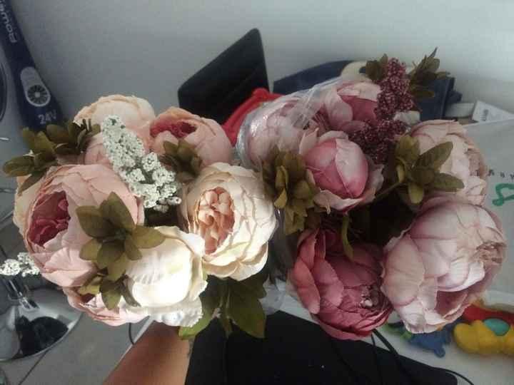 Urne, fleurs et étiquettes - 1