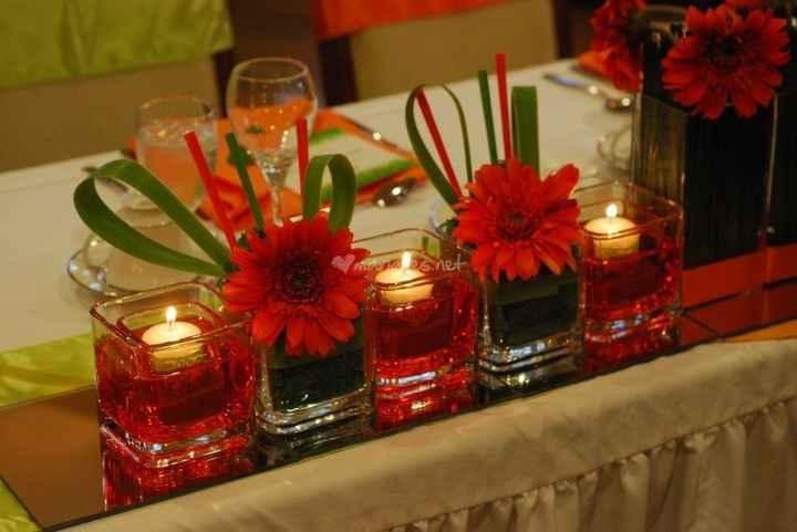 vases carrés + fleurs rouge