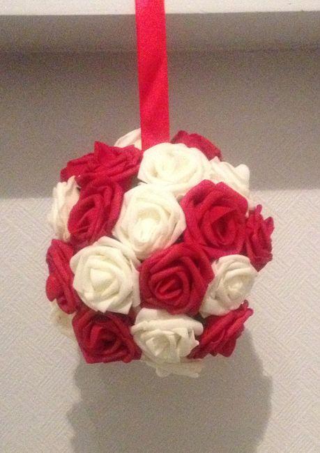 Boule de roses rouges et blanches