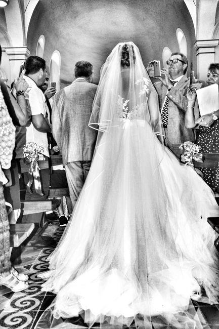 Difficile de remonter l'allée de l'église avec la robe et l'émotion ;)