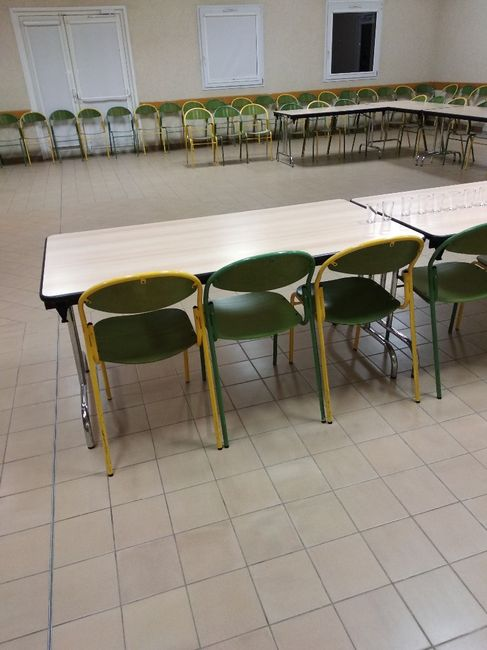 Déco salle des fêtes avec chaises et tables pas très belles 1