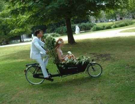 mariés en vélo biporteur