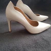 Chaussures blanches avec robe ivoire mais longue . - 1