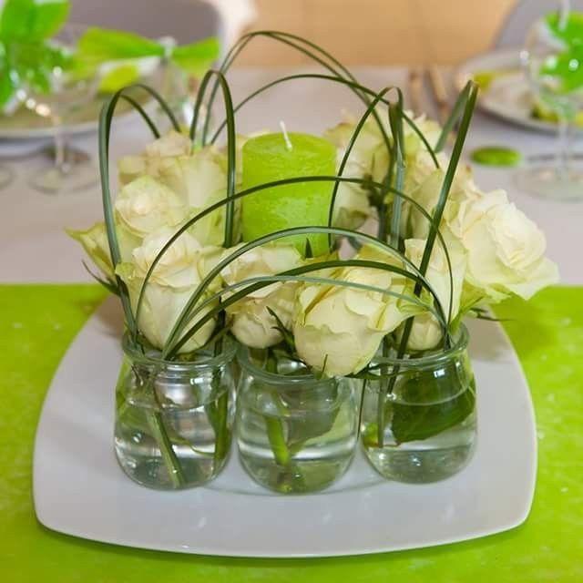 Centre de table fait avec des pots de yaourts et fleurs naturelles photo d - Chemin de table en fleurs naturelles ...