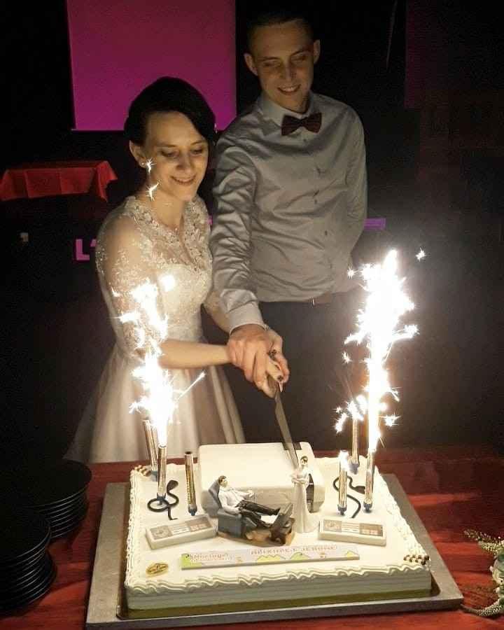 on coupe notre gâteau de mariage (console nintendo :p)