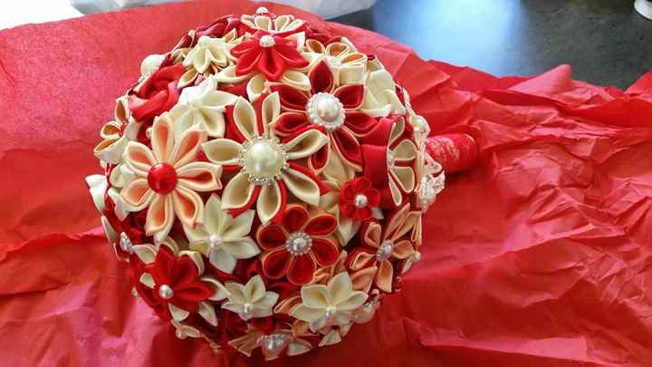 bouquet kanzashi rouge et crème.