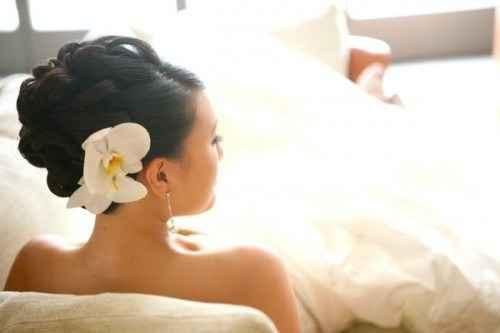 Coiffure avec orchidée