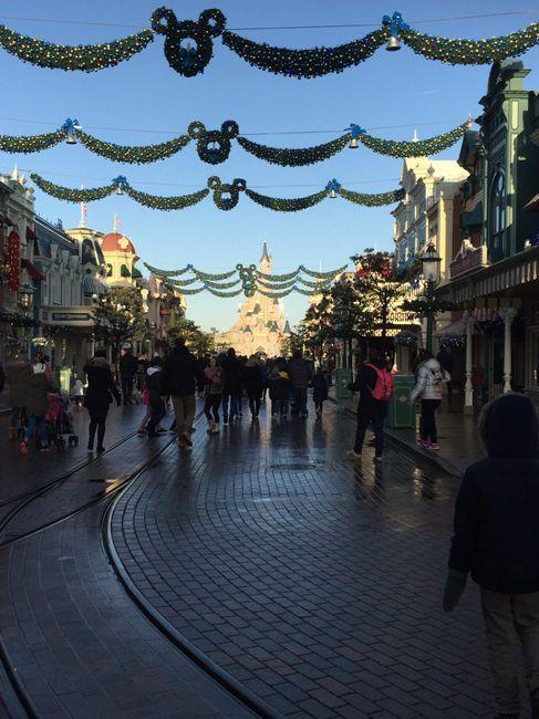Photo en robe de mariée devant la château de Disneyland - 2