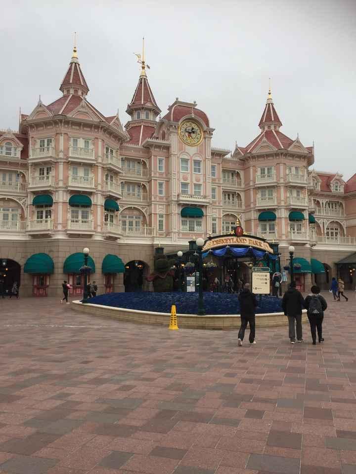 Photo en robe de mariée devant la château de Disneyland - 1