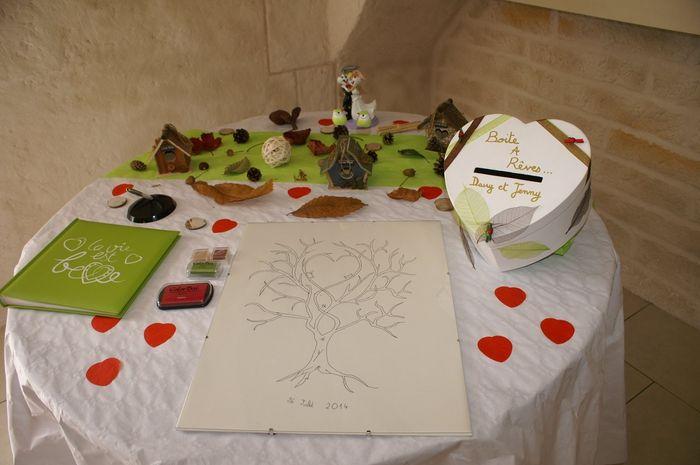 table avec le livre d 39 or arbre empreinte urne photo apr s le mariage. Black Bedroom Furniture Sets. Home Design Ideas