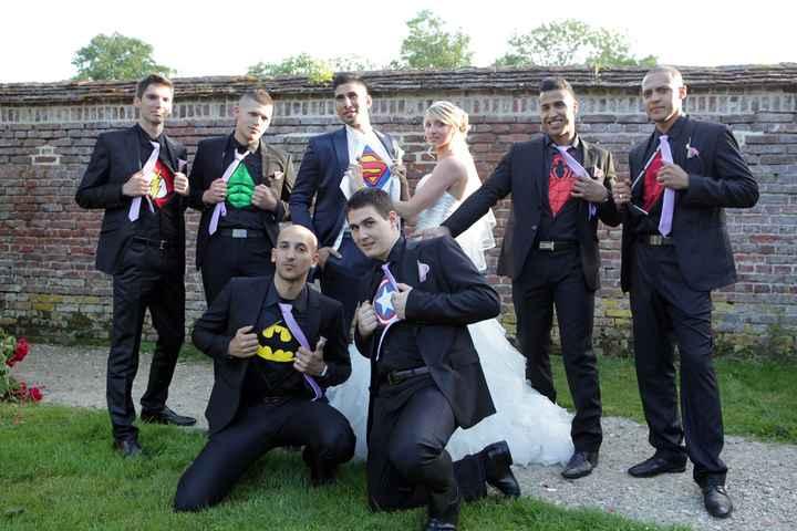 Les garçons d'honneur et le marié en super héros