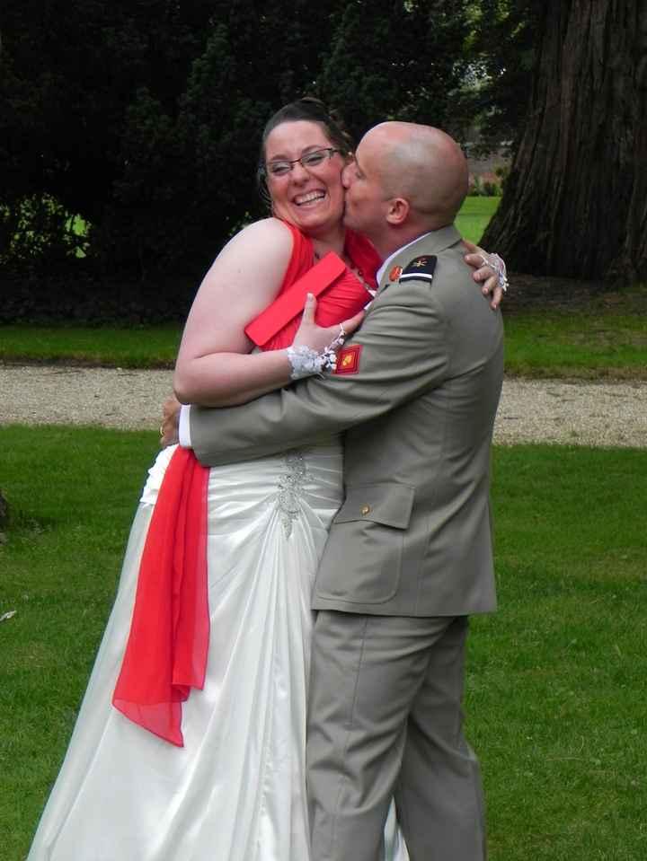 Mon mari qui me surprend avec un doux baiser sur la joue.