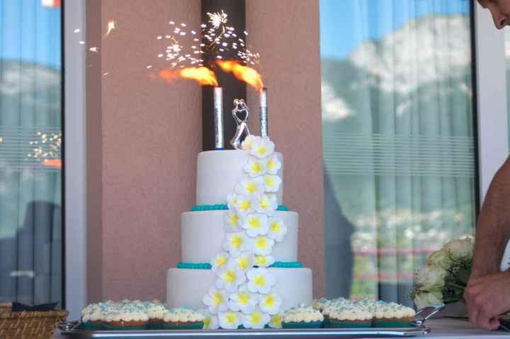 Gâteau de mariage réalisé par Bethany Bouchet d'Annecy sur le thème des Iles , fleurs en frangipanie