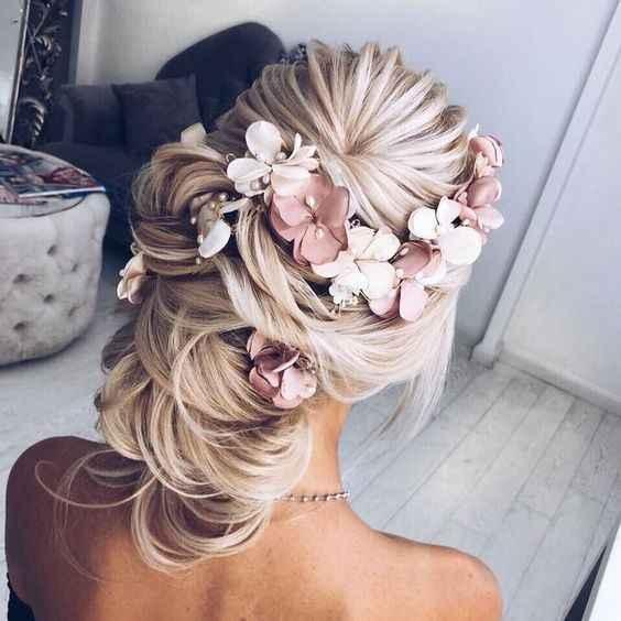 coiffure A ( sans ce type de fleurs, ce sera des fleurs naturelles)