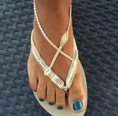 B : des sandales