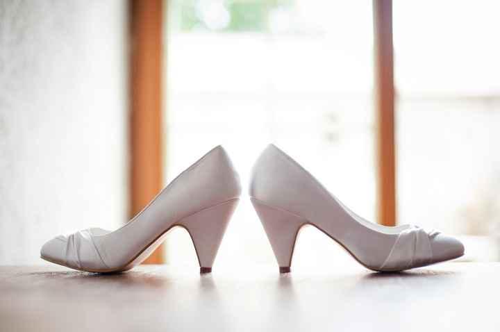 les chaussures, merci Tati !!! j'adore cette photo on dirait les pieds de Mary poppins