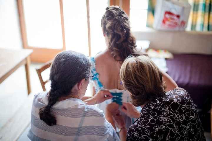 Ma maman (à droite) et ma belle-maman (à gauche) qui oeuvre pour faire ce lacet